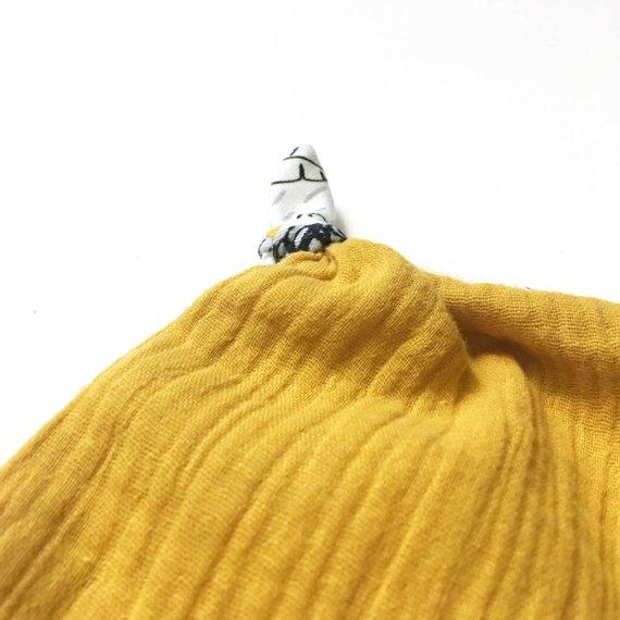 Doudou plat bébé , doudou lange, doudou carré avec noeuds, motif LIONS et double gaze moutarde