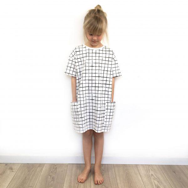 robe-oversize-grid-cou-porte